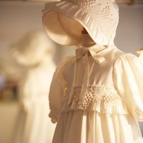 愛するベビーに最高のドレスを。生まれたてから1歳までのベビードレス。
